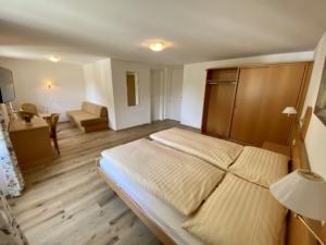 Doppel-Dreibettzimmer